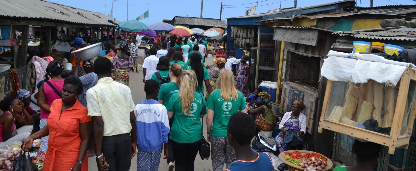 Pasantes de derechos humanos en Ghana visitando a la comunidad local.